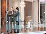 Gens d'affaires parlent ensemble dans la salle de conférence