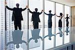 Geschäftsleute, die ständige Konferenz Zimmer Fenster Hand in Hand
