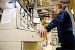 Textilarbeiter, stützte sich auf Systemsteuerung in Fliese Teppichfabrik