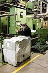 Spinnstoffen Arbeiter Auspacken in Teppich Teppichfliesen Fabrik