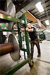 Einrichten von Kettbäumen auf Weben von Maschine in Fliese Teppichfabrik Textilarbeiter