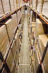 Entrepôt rempli de palettes empilées des boîtes en carton, vue surélevée