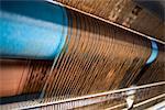 Métier à tisser tissage de tapis dans la fabrique de dalles de moquette