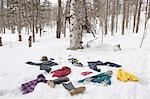 Kleidung, die verstreut auf Schnee