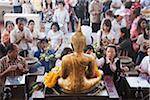 Les gens quittant offrandes pour la bénédiction du nouvel an, Wat Suthat, Bangkok, Thaïlande