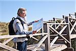 Homme lisant la carte, Cala Ratjada, Majorque, îles Baléares, Espagne