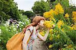 Frau riechen Blumen im park