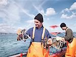Pêcheurs sur le bateau tenant des homards