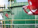 Travailleurs sur les marches du réservoir d'huile