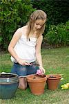 Jeune fille plantation tirelires