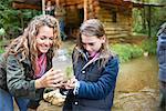 Mutter und Tochter untersuchen Insekten in Glas