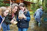 Familie sucht bei den Insekten im Glas Marmelade