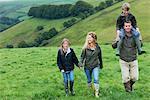 Famille marchant dans les champs