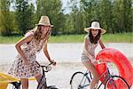 Deux jolies femmes vélo sur la plage