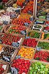 Divers légumes présentés sur un marché