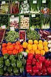 Différents poivrons montrés sur un marché