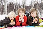 3 enfants de manger des fruits