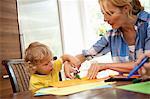 Femme faisant artisanat avec enfant