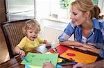 Frau mit Sohn Kalligraphieren