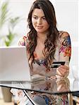 Femme à la maison vos achats en ligne