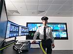 Gardien de sécurité dans la salle de contrôle