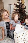 Mère et enfants cadeau d'ouverture