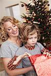 Mutter und Tochter Eröffnung Geschenk