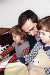 Homme avec deux enfants, cadeaux d'ouverture