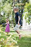 Deux enfants s'amusent dans le jardin