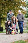Famille avec petits enfants dans le parc