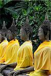 Bouddhas de pierre en ligne au pied du Temple Wat Yai Chaya Mongkol, Thaïlande