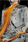Coup recadrée de pierre portant robe jaune Bouddha, Thaïlande