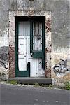 Madeira. Alte Steingebäude mit gebrochenen Fensterrahmen und verfallenen Fensterläden mit peeling malen