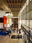L'entrée dans l'espace, Royal Northern College of Music, Manchester, Greater Manchester. Architectes : MBLA. Ingénieurs : Ingénieurs : éclairage conçu par Simon Corder