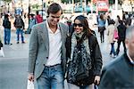Couple marchant sur la rue animée