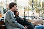 Couple reposant sur le banc de parc