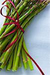 Offre groupée d'asperges ligoté avec ruban rouge