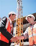Bauarbeiter auf der Baustelle Händeschütteln