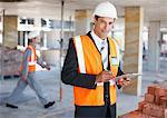 Travailleur de la construction holding presse-papiers sur chantier