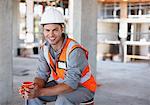 Travailleur de la construction ayant pause-café sur chantier