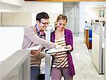 Geschäftsleute Blick auf Papierkram zusammen im Büro