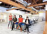 Femme d'affaires assis ensemble dans le bureau