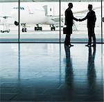 Geschäftsleute Händeschütteln in Flughafen