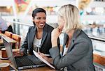 Femme d'affaires travaillant ensemble dans le cafe