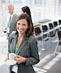 Femme d'affaires de boire du café au bureau
