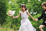 Garçon et fille habillée comme la mariée et le marié