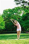 Junge Frau praktizieren Yoga im Park