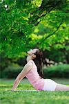 Junge Frau in Bhujangasana Position des Yoga