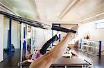 Deux femmes faisant de pilates dans la salle de gym