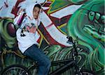 Garçon sur vélo avec canette de peinture en aérosol
